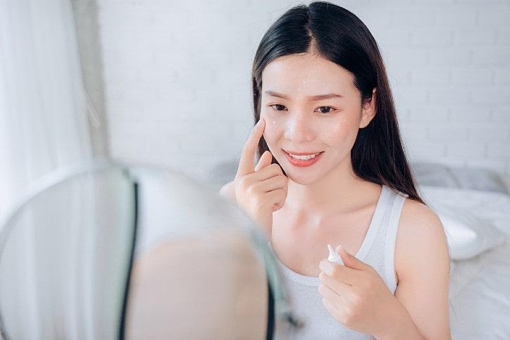 Lady applying SPF cream